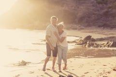Le coppie mature senior adorabili sul loro 60s o 70s si sono ritirate la camminata Immagine Stock