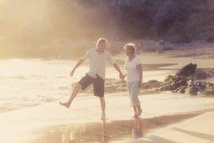 Le coppie mature senior adorabili sul loro 60s o 70s si sono ritirate la camminata Fotografie Stock