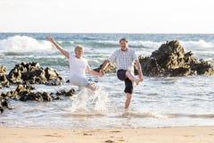 Le coppie mature senior adorabili sul loro 60s o 70s si sono ritirate la camminata Immagini Stock Libere da Diritti