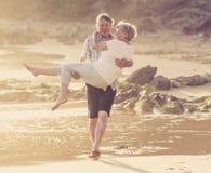Le coppie mature senior adorabili sul loro 60s o 70s si sono ritirate la camminata Immagini Stock