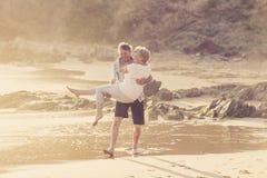 Le coppie mature senior adorabili sul loro 60s o 70s si sono ritirate la camminata felice e rilassata sulla riva di mare della sp Immagini Stock