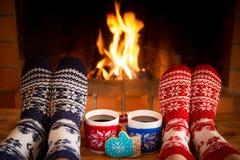 Le coppie nei calzini di Natale si avvicinano al camino fotografia stock libera da diritti