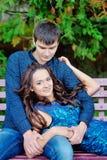 Le coppie nell'amore camminano vicino al riverr, sorridente Giorno del biglietto di S Fotografie Stock