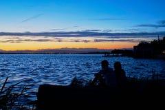 Le coppie nell'amore contemplano il tramonto nel Albufera di Valencia immagine stock libera da diritti