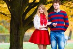 Le coppie nell'amore godono della data romantica in parco Fotografie Stock