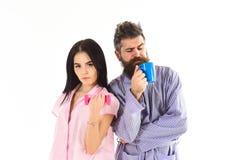 Le coppie nell'amore in pigiama, accappatoio stanno indietro per appoggiare Coppie, famiglia sui fronti sonnolenti nella routine  Fotografia Stock