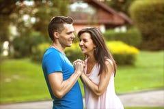 Le coppie nell'amore sono felici circa l'acquisto della casa nuova, concetto 'nucleo familiare' Fotografia Stock