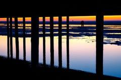 Le coppie nell'amore sono sparse fra la spiaggia di Schiermonnikoog dopo il tramonto Immagini Stock Libere da Diritti