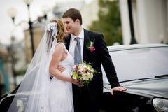Le coppie nuovo-sposate Immagini Stock