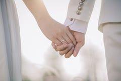Le coppie passano insieme sopra Fotografie Stock Libere da Diritti
