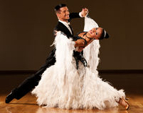 Le coppie professionali di ballo da sala preformano un ballo di mostra Immagine Stock Libera da Diritti