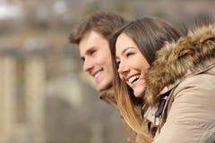 Le coppie profilano lo sguardo in avanti nell'inverno Fotografie Stock