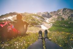 Le coppie rilassamento dei piedi della donna ed equipaggiano all'aperto Fotografie Stock