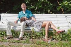 Le coppie riposano in sosta Fotografia Stock