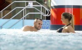 Le coppie romantiche che godono della stazione termale termica e del benessere del bagno concentrano fotografia stock