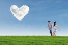 Le coppie romantiche con cuore hanno modellato la nuvola in natura Immagine Stock Libera da Diritti