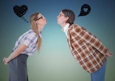 Le coppie romantiche del nerd che stanno con i grafici firmano al di sopra fotografie stock