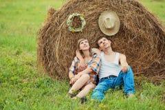 Le coppie romantiche si avvicinano al mucchio di fieno Fotografie Stock