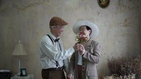 Le coppie senior asiatiche celebrano l'amore della datazione del fiore del giorno del ` s del biglietto di S. Valentino archivi video