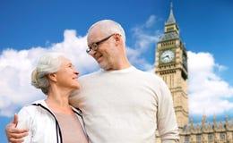 Le coppie senior felici sopra il Big Ben si elevano a Londra fotografie stock