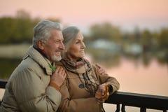 Le coppie senior si avvicinano al fiume Immagini Stock