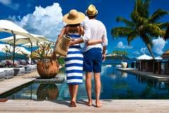 Le coppie si avvicinano al poolside immagini stock libere da diritti