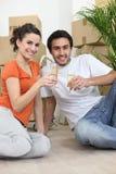 Le coppie si sono sedute in nuovo appartamento Immagine Stock