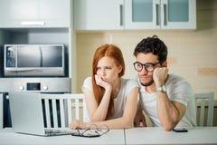 Le coppie sollecitate nella difficoltà, non hanno soldi per pagare i debiti, per pagare l'affitto immagini stock libere da diritti