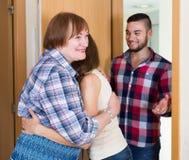 Le coppie sono venuto a visitare la madre a casa parentale immagine stock libera da diritti
