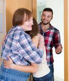 Le coppie sono venuto a visitare la madre a casa parentale Fotografia Stock Libera da Diritti
