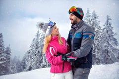 Le coppie sorridenti nell'amore che gode sull'inverno vacation insieme sulla t Fotografia Stock Libera da Diritti