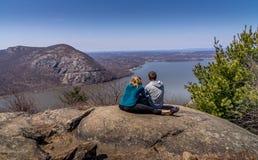 Le coppie sulla traccia di escursione trascurano Hudson River Immagini Stock
