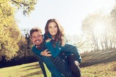 Le coppie sulla vacanza che ride insieme e godono del loro amore e data romantica Fotografia Stock Libera da Diritti