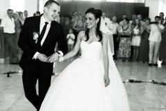 Le coppie vanno al dancefloor iniziare il loro ballo di nozze Fotografia Stock Libera da Diritti
