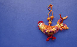 Le coq est un symbole de 2017 Jouet fait main de décoration sur un fond en bois bleu Plan rapproché Célébration de vacances d'hiv Image stock