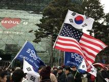 Le Coréen et les drapeaux de l'Amérique volent à Séoul Photographie stock libre de droits
