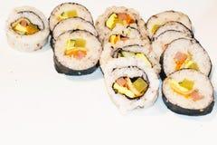 Le Coréen, les sushi japonais a placé sur un fond blanc disposé dans les rangées photo stock