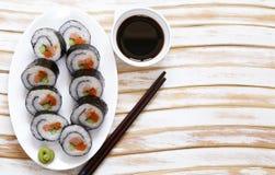 Le Coréen roule le kimpab avec la sauce de soja images libres de droits