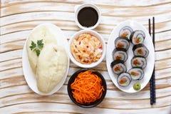 Le Coréen roule le kimpab avec la sauce de soja images stock