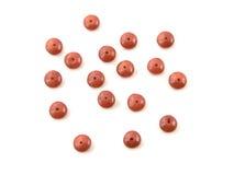 Le corail rouge naturel perle sur un fond blanc Photo stock