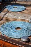 Le corde blu hanno rotolato nell'ordine a bordo immagine stock libera da diritti