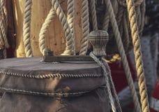 Le corde della barca a vela si chiudono su fotografia stock