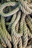 Le corde della nave ammucchiano Mucchio di varie corde e corde fotografia stock libera da diritti