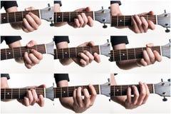 Le corde più popolari sono A, l', la C, la D, il dm, la E, il Em, la F, Fm su una chitarra, su un fondo bianco Struttura orizzont Immagine Stock