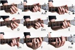 Le corde più popolari sono A, l', la C, la D, il dm, la E, il Em, la F, Fm su una chitarra, su un fondo bianco Struttura orizzont Fotografie Stock