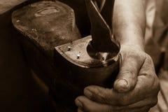 Le cordonnier de chaussure travaille avec des mains Photographie stock