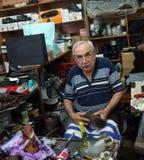 Le cordonnier plus âgé travaille dans son atelier Photo stock