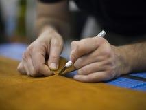 Le cordonnier répare la chaussure Le cordonnier coud des chaussures Atelier de cordonnier Cuir de coupe de cordonnier dans un ate images stock