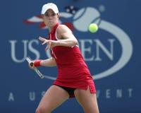 Le cornet d'Alize de joueur de tennis professionnel pendant troisièmement le rond choisit le match à l'US Open 2013 photo stock