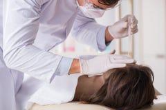 Le coroner de police examinant le cadavre de cadavre dans la morgue Photo stock